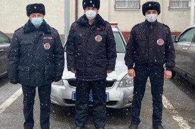 Полицейские КБР помогли водителям большегрузов выбраться из снежного плена