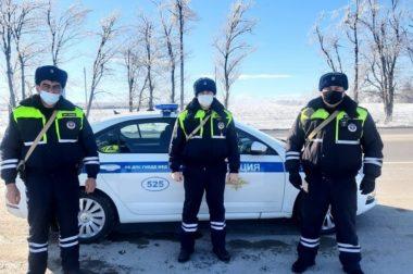 В КБР полицейские выручили застрявшего на трассе автомобилиста