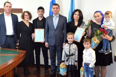 В Баксанском районе молодым многодетным семьям вручили жилищный сертификат