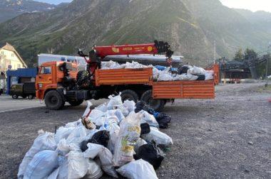Волонтеры унесли со склонов Эльбруса 10 кубометров мусора