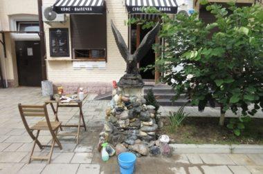 Бронзовый орел на постаменте из камней появился в Нальчике на улице Кабардинской.